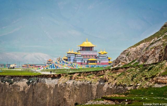 монастырь-школа монахов, мимо которой мы проходили в первый день