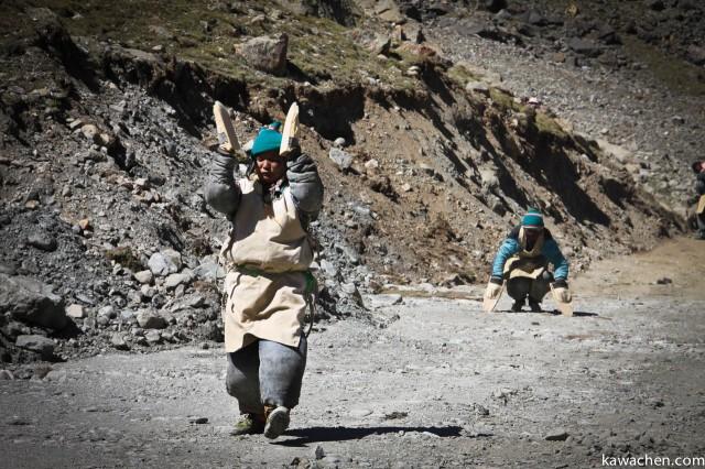 Тибетские паломники, делая простирания, обходят вокруг Амнье Мачена