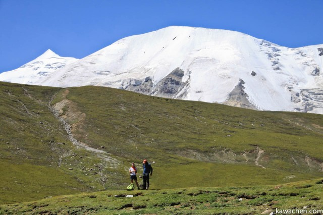Пара иностранцев проходят кору вокруг Амнье Мачена