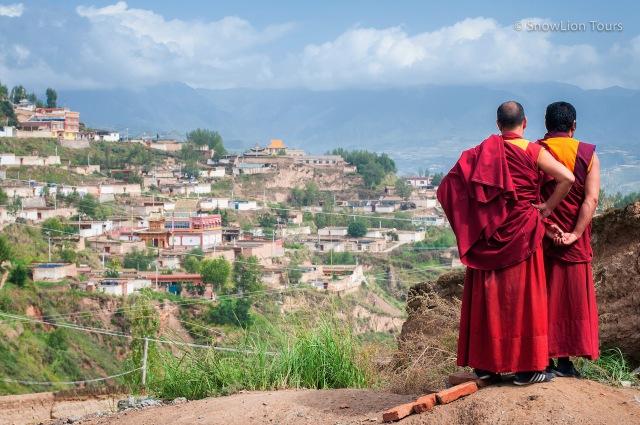 монахи из монастыря Шачунг и деревня близ монастыря