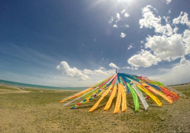 молитвенные флажки на берегу